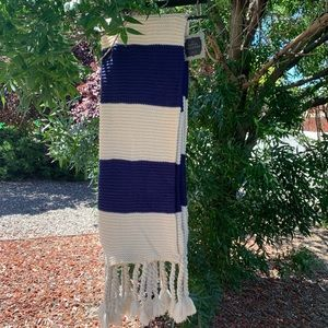 NWT Hotel Vendomr Knitted Throw in blue and cream.